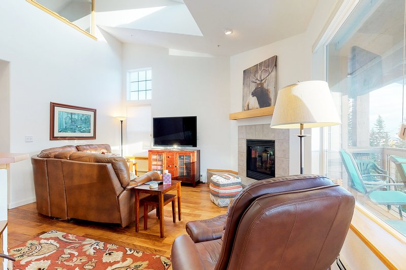 Mountaintop beauty w/ balcony, shared hot tub & game room, vacation rental in Wildernest