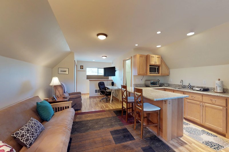Cozy studio close to skiing, hiking, biking & beautiful Lake Tahoe, holiday rental in Floriston