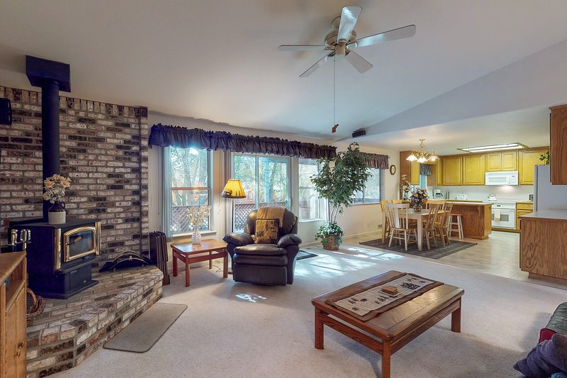 Cute lodge home with a large, furnished deck - near the lake & marina!, vacation rental in Groveland