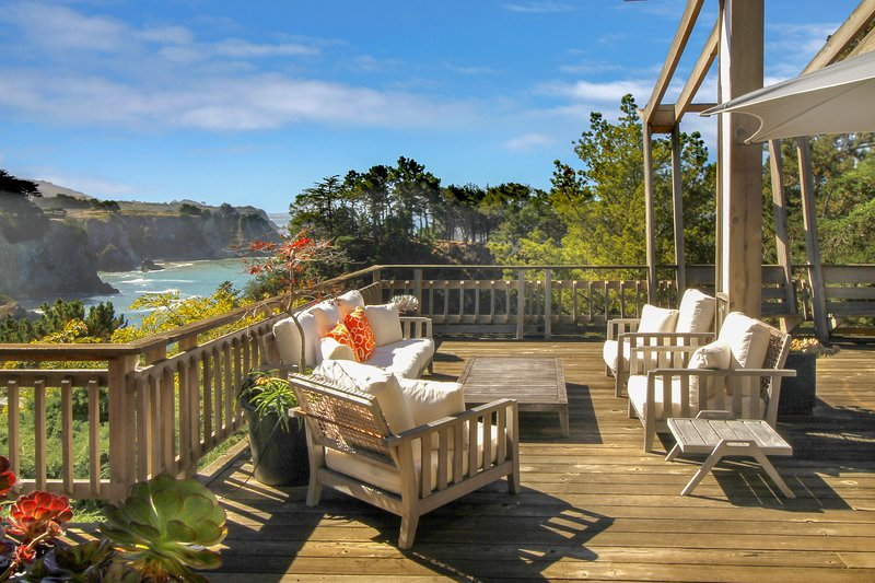 Stylish oceanfront home w/ stunning bluff views, deck & veranda - near beaches!, holiday rental in Elk