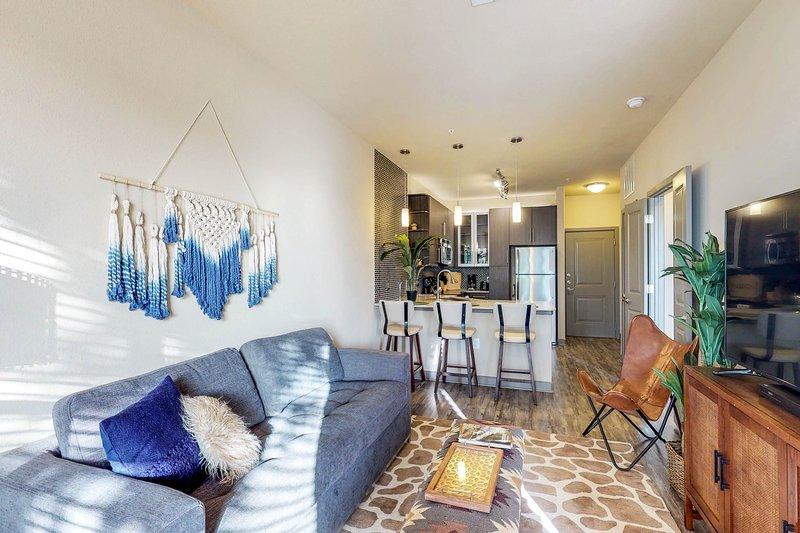 Elegant, modern apartment w/ pool, gym, game room & movie theatre, location de vacances à Dallas
