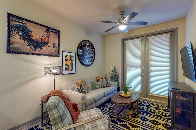 NEW LISTING! Modern retreat right downtown w/shared pool, near dining/shopping, location de vacances à Dallas
