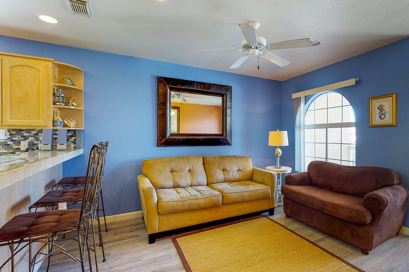 Cheery condo w/shared pool within walking distance of beach!, vacation rental in Port Isabel