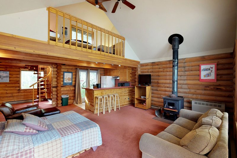 3 separate cabins w/private hot tub-walk to lifts, great for groups, holiday rental in Anchorage
