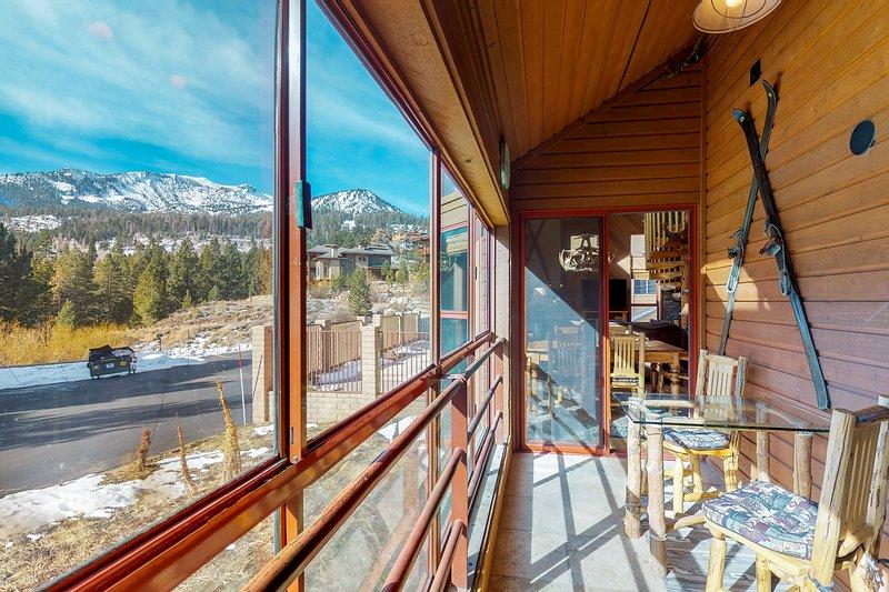 Stylish condo w/shared pool, hot tub, sauna & ski access Chalet in Mammoth Lakes