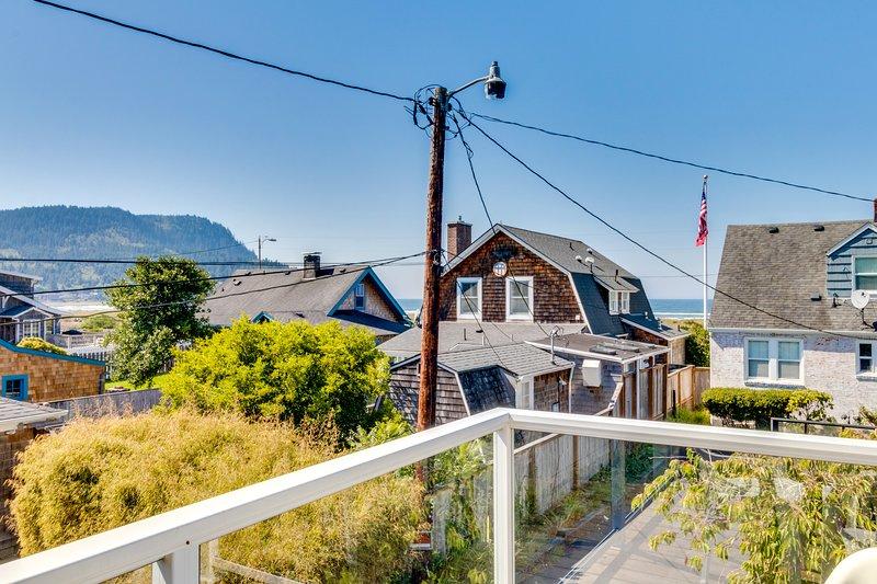 Walk to everything! Ocean views, fireplace, & spacious deck, vacation rental in Seaside