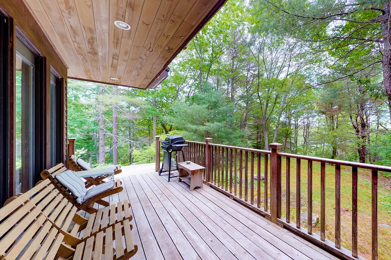 Woodland home w/ deck, balcony & lake view - dogs OK, close to downtown!, holiday rental in Boothbay