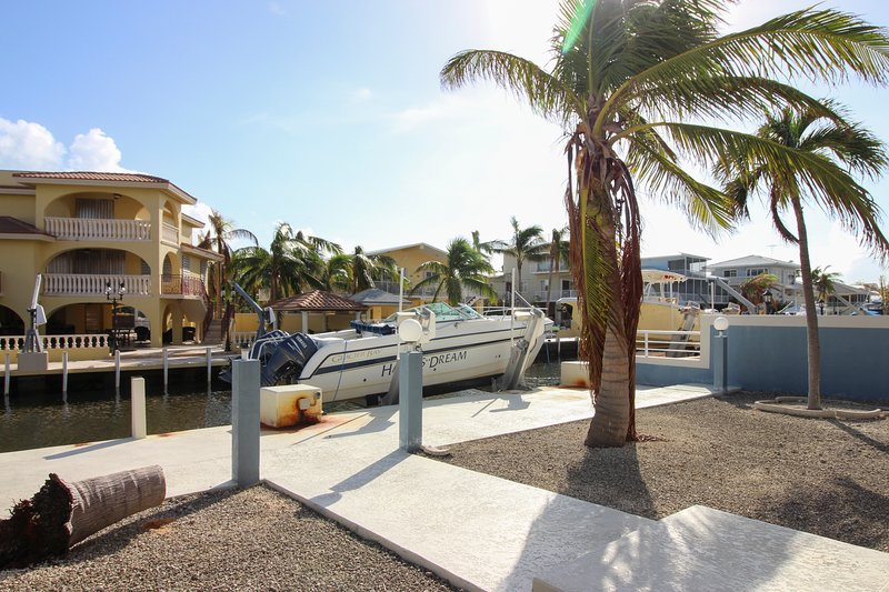 Canal-front, family-friendly home w/ soaking tub, dock access & water view!, alquiler de vacaciones en Sunset Point