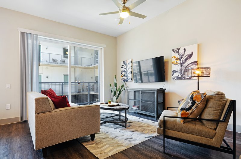 Modern retreat right downtown w/ shared pool & private washer/dryer, location de vacances à Dallas