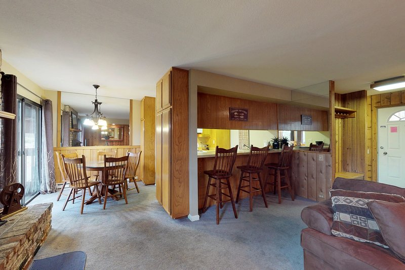 Delightful dog-friendly condo with a shared pool, sauna, and hot tub! Chalet in Mammoth Lakes