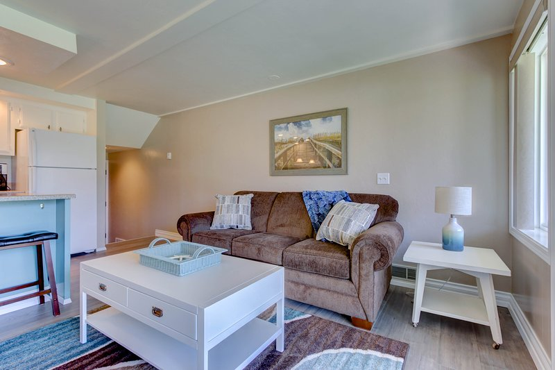 Lakeside condo w/ shared pool, Netflix/Amazon Prime, and spectacular views!, holiday rental in Ponderay