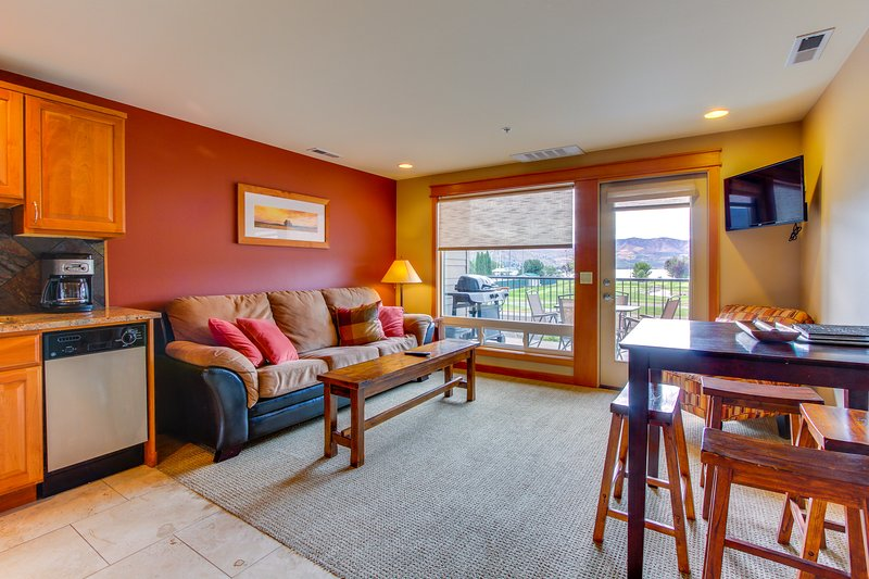 Cozy and inviting condo with balcony & shared pool, right near town & lake!, vacation rental in Chelan