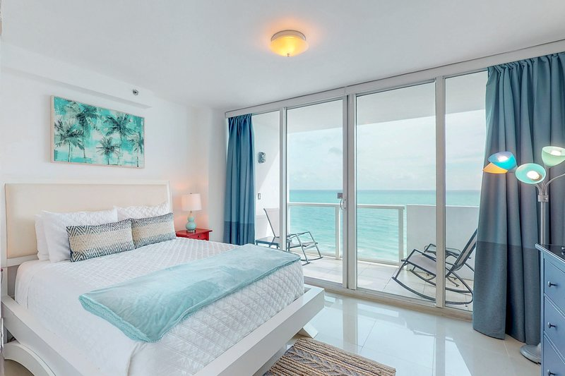 Modern beachfront condo w/ ocean view & resort amenities like a shared pool!, holiday rental in North Bay Village