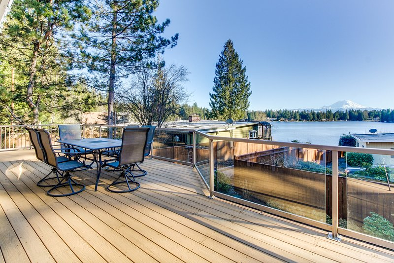 Spacious, welcoming lakefront home with bikes and kayaks, peaceful surroundings!, holiday rental in Covington