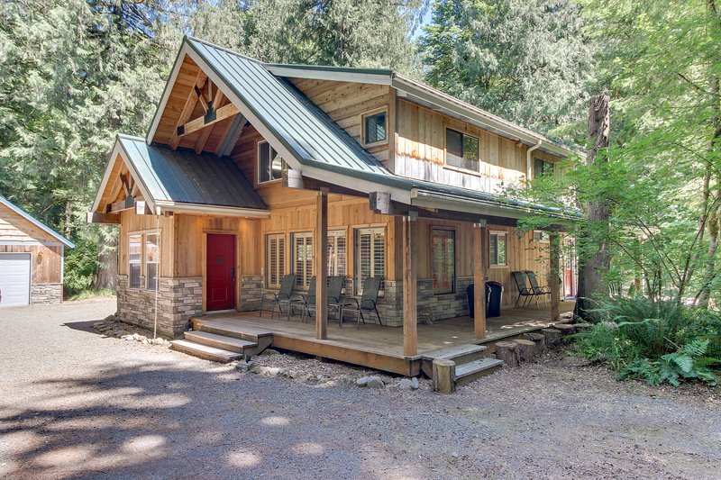 Modern, warm cabin w/secluded location, private hot tub & deck!, holiday rental in Zigzag