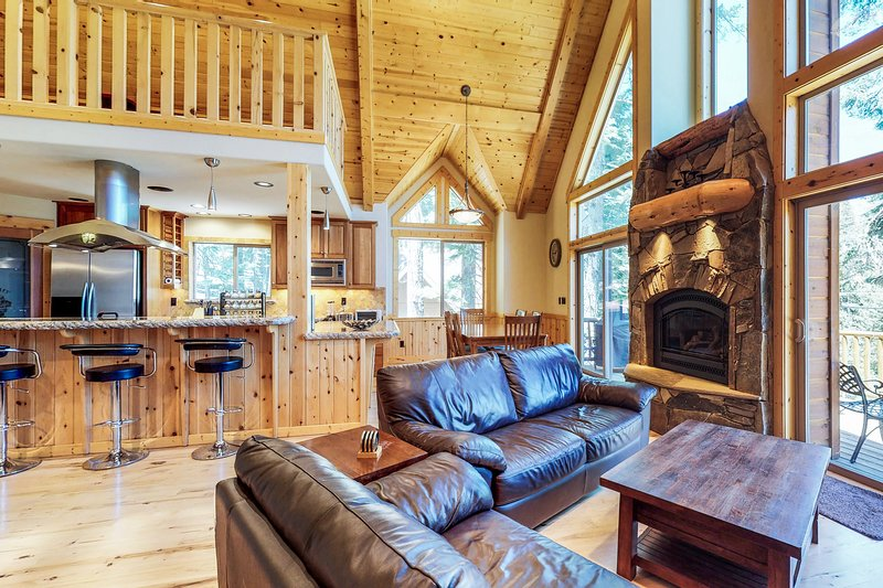 Home close to lake, golf, skiing, community pools/hot tub!, vacation rental in Truckee