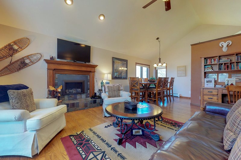 Fun-filled getaway with a furnished deck & foosball table, vacation rental in Estes Park