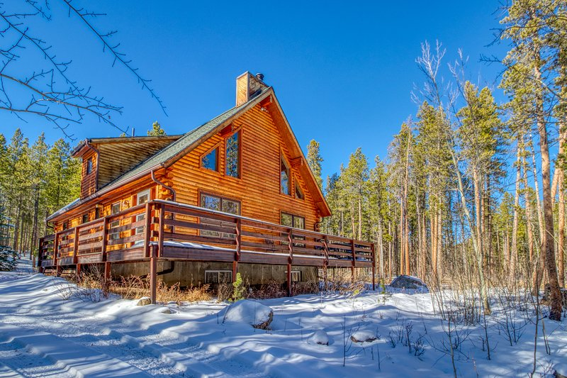 Roomy, dog-friendly cabin w/full kitchen, deck & pool table!, holiday rental in Allenspark