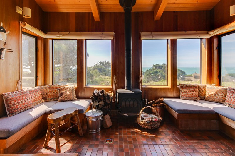 Oceanview home, with two living areas, private hot tub, and shared pool access!, vacation rental in The Sea Ranch