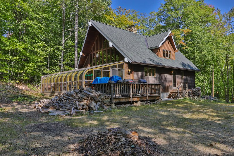 Spacious ski lodge w/ cathedral ceilings & incredible game room w/mountain views, vacation rental in Newry