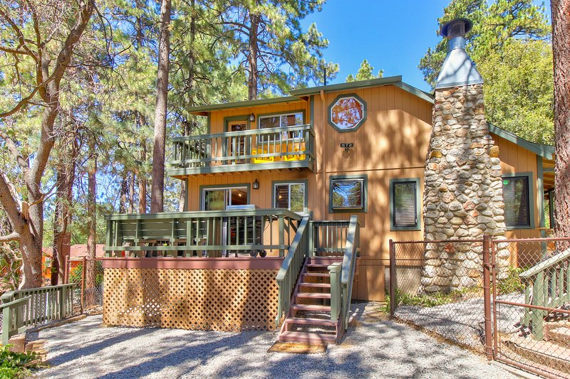 Rustic home with upgraded amenities, fenced yard, and two decks!, holiday rental in Idyllwild