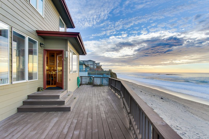 Roaring waves at this oceanfront beach rental with private hot tub & great views, vacation rental in Gleneden Beach