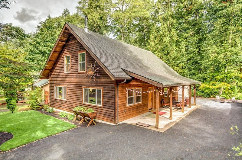 Dog-friendly cabin w/private hot tub, firepit, & access to shared pool & tennis!, holiday rental in Brightwood