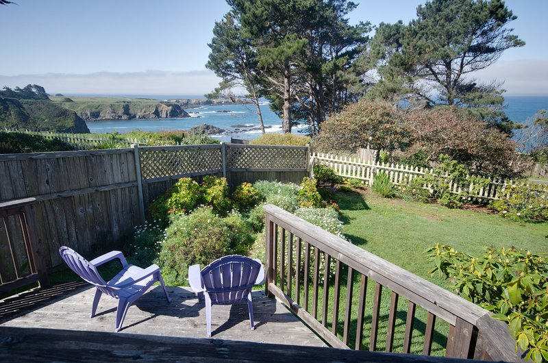 Oceanview home w/fireplace, front and back decks, landscaped grounds & jet tub, vacation rental in Mendocino County
