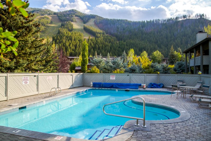 Mountain & ski view condo w/shared pool and sauna!, vacation rental in Ketchum