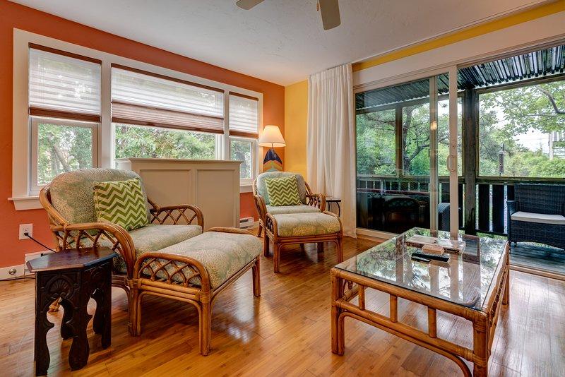 Cheerful condo w/ enclosed porch & Cape Cod Bay across the road!, holiday rental in North Truro