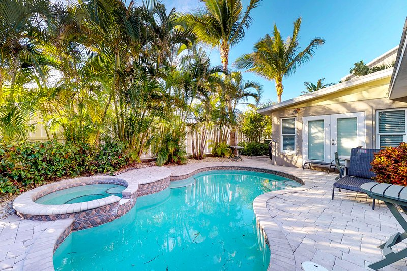 Upscale tropical getaway with private pool & spa, elevator, and more!, holiday rental in Holmes Beach