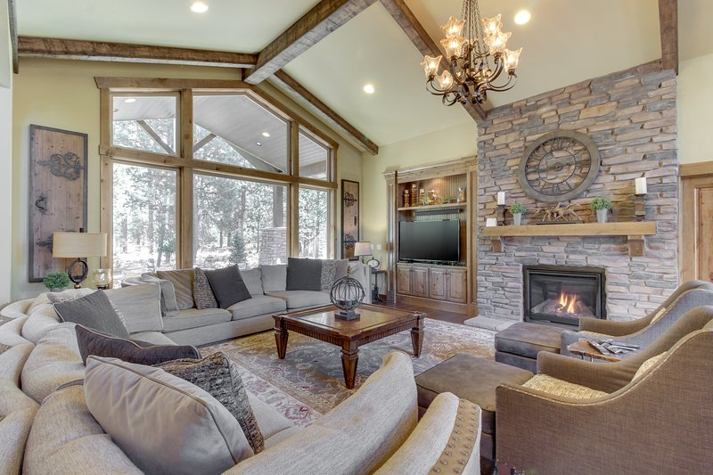 New luxury home with a private hot tub & Caldera Springs amenities, location de vacances à Central Oregon