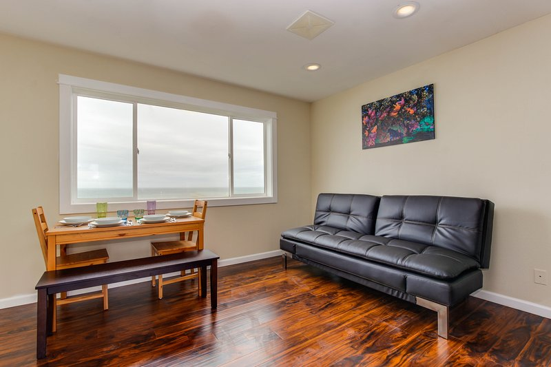 Dog-friendly condo with stunning ocean views & easy beach access!, holiday rental in Lincoln City