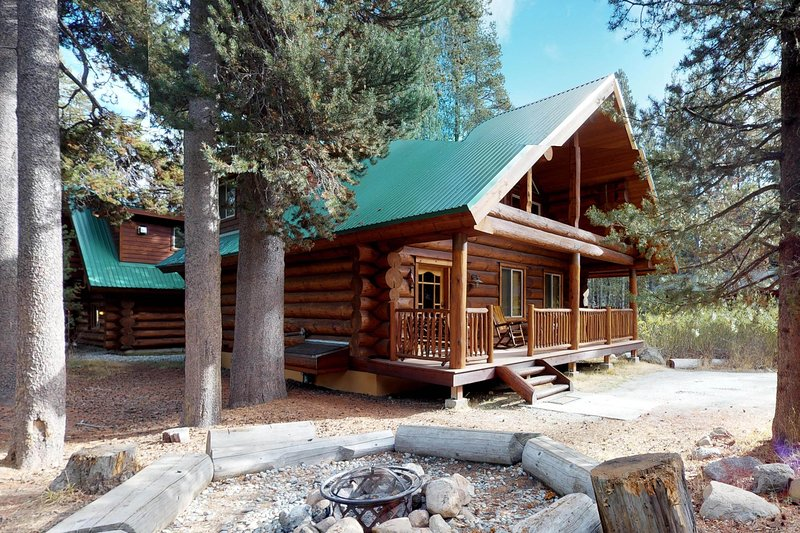 Custom-built log cabin w/ huge deck & great location steps from Huntington Lake, holiday rental in Huntington Lake