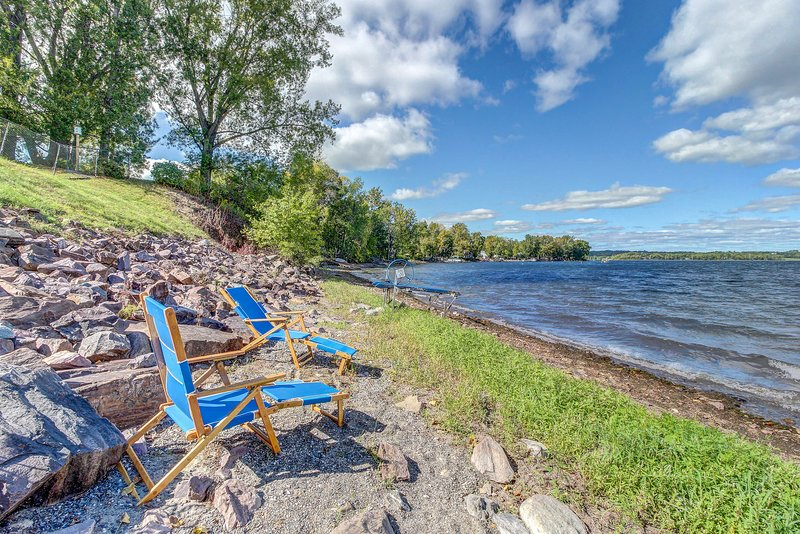 Lakefront property with easy dock access, incredible views & private hot tub, location de vacances à Milton
