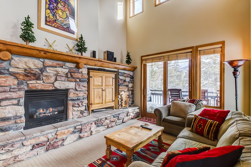 Charming vacation condo with shared hot tub/pool & views of the mountains. Chalet in Mammoth Lakes