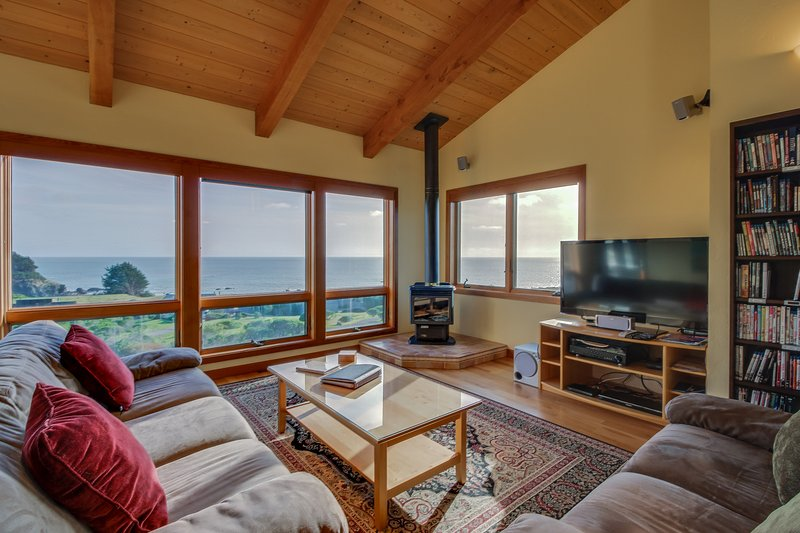 A private hot tub, shared pool, ocean views & close to Pebble Beach!, vacation rental in The Sea Ranch