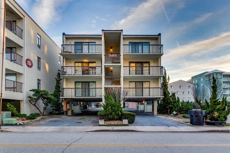 Spacious condo w/partial ocean views, two balconies - walk to the beach, alquiler de vacaciones en Ocean City