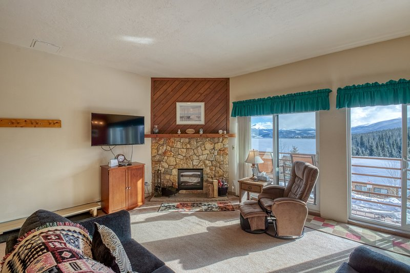 Homey condo with shared pool, hot tub, and sauna - easy access to ski resorts, vacation rental in Wildernest