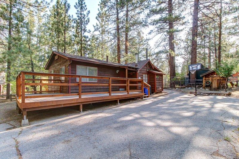 Rustic dog-friendly cabin w/ deck and yard near lake and ski slopes!, holiday rental in Moonridge