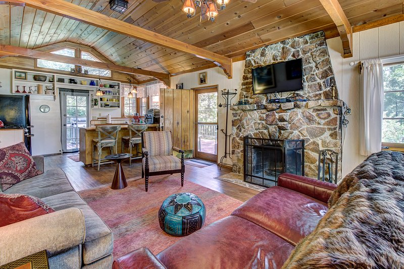 Dog-friendly mountain retreat w/ well-appointed deck and private hot tub, holiday rental in Idyllwild