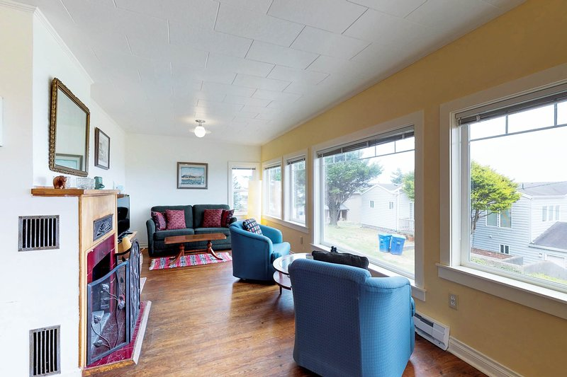 Dog-friendly cottage w/amazing ocean views, whale watching, location de vacances à Depoe Bay