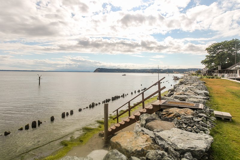 Family-friendly bayfront cottage with great views and unique art!, vakantiewoning in Freeland