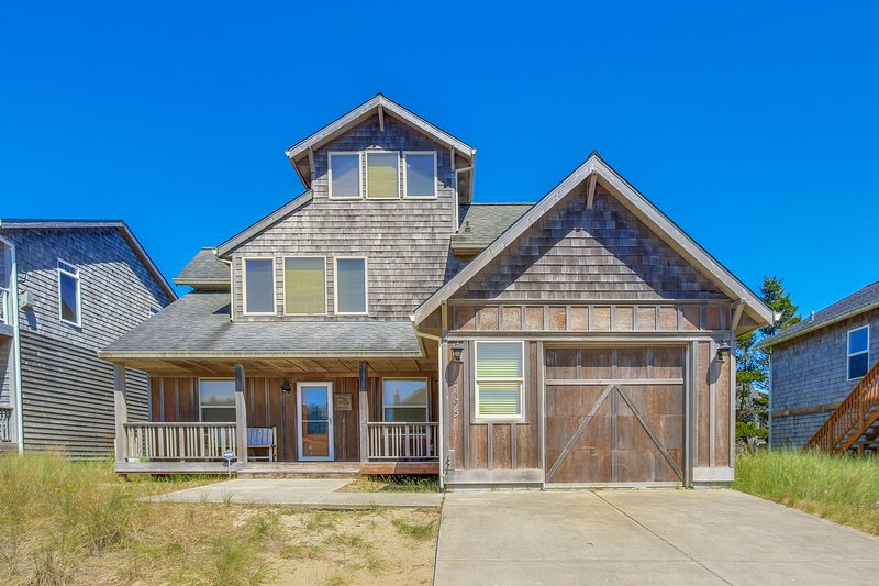 Spacious home w/ a private hot tub & ocean views, one block to the beach!, vacation rental in Pacific City