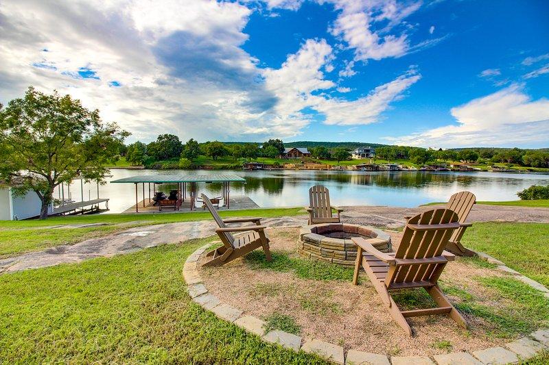 Renovated waterfront home w/ lake views, dock & boat lift - dogs OK!, location de vacances à Buchanan Dam