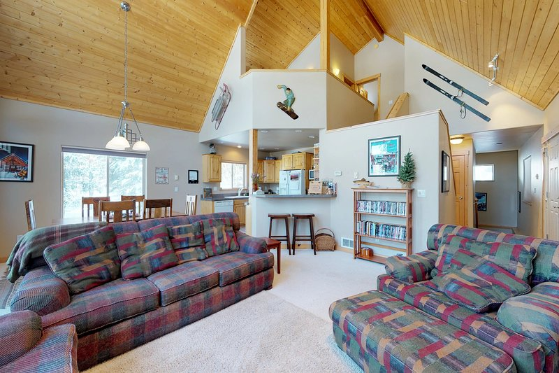 Spacious cabin w/shared pool, hot tub - near town & outdoor activities, dogs ok!, vacation rental in Tamarack