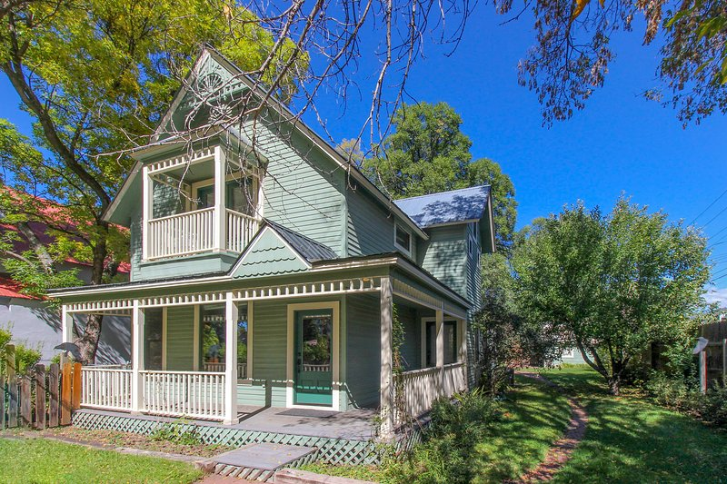 Remodeled Victorian in downtown Durango w/ backyard w/hammock & covered patio!, holiday rental in Durango