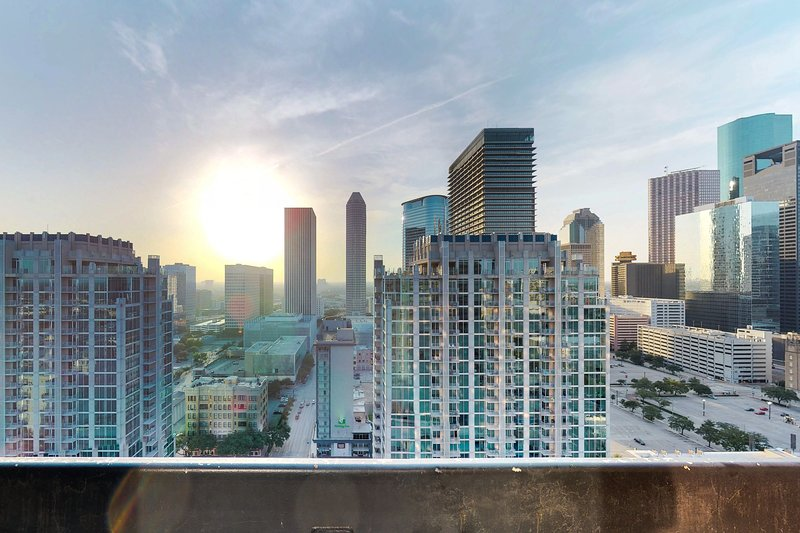 Luxury high-rise apartment w/ shared pool, fitness room, and downtown views!, vacation rental in Houston