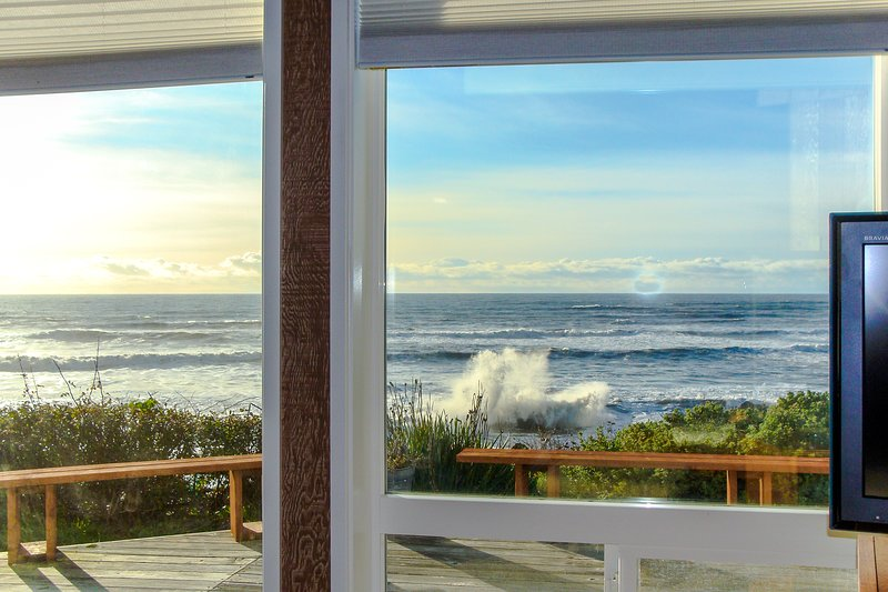 Oceanfront cottage with private hot tub - enjoy ocean from deck or living room!, holiday rental in Harbor