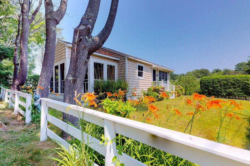 Charming cottage w/pleasant outdoor space, short walk to the beach!, vacation rental in York